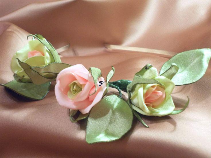 Ободок из трех маленьких зелено-розовых бутонных розочек со съемными листиками. Ткань - сатин. #flos #цветы #аксессуары #украшения #для_волос #ободок #с_цветами #ободок_с_цветами #роза #бутонные_розы #зелено_розовая #из_ткани #ручной_работы #handmade