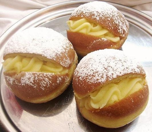 """Berlines....(They are called in Germany """"Pfannkuchen Berliner"""" is a kind of bun is not unique to Chile, but they are very popular in bakeries in the country. It is a preparation of pastry made from yeast dough very typical of the Berlin and is usually filled with jam or custard dish (fresh milk). The outside of Berlin are glazed with sugar into fine powder. In Chile is usually eaten in the winter)."""