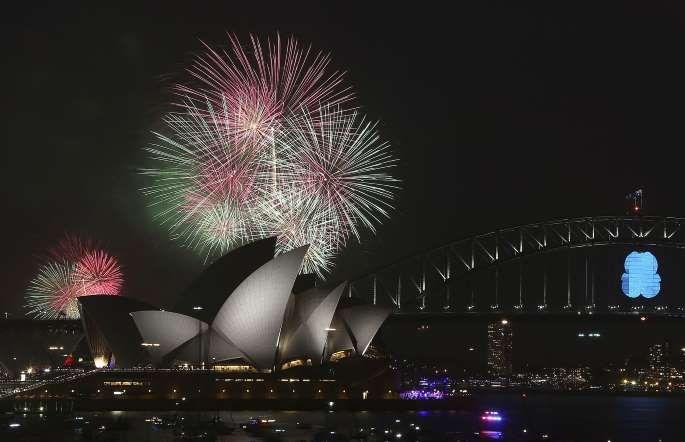 Show de fogos de artifício sobre a Opera House e a Harbour Bridge celebra a virada do ano em Sydney,... - Foto: Rob Griffith/AP Photo