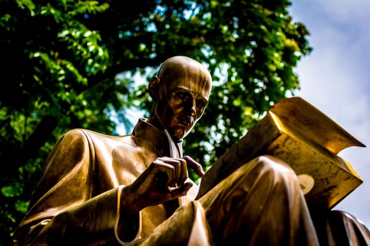 Statue, gold, reading, bronze, golden, author, writer, type and man HD photo by Carl Cerstrand (@cerstrand) on Unsplash