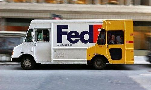 А здесь сильный смысл, типа грузовики Feedex обгоняют грузовики DHL