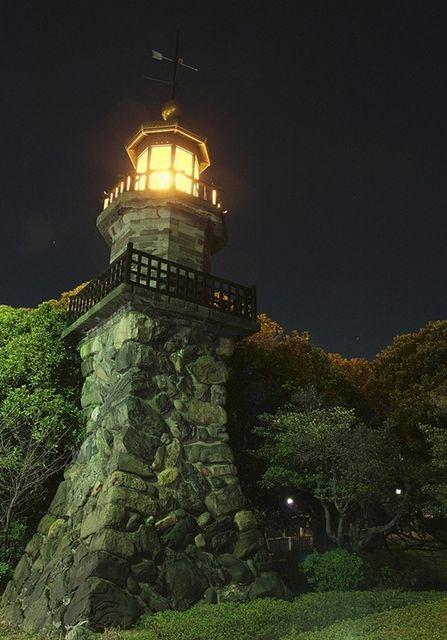 Со времен древней Японии маяк был символом света и надежды, он служит ориентиром для опознавания берега и помогал судам не потеряться в море. В современном японском языке слово маяк звучит как Todai или Toudai, раньше же он назывался така-торо (Taka-toro). Торо - это традиционный японский фонарь, изготовлялся из камня и дерева, первые маяки тоже делали из этих материалов. Обычно маяки сооружались на берегу или мелководье. Протяженность береговой линии Японского архипелага составляет около…
