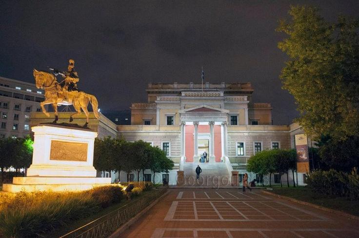 Μετά τη νυχτερινή βόλτα στην πλατεία Κολοκοτρώνη, στη Σταδίου. Η φωτογραφία είναι του Ilias Georgouleas από την υπέροχη σελίδα Σάββατο στην Αθήνα.