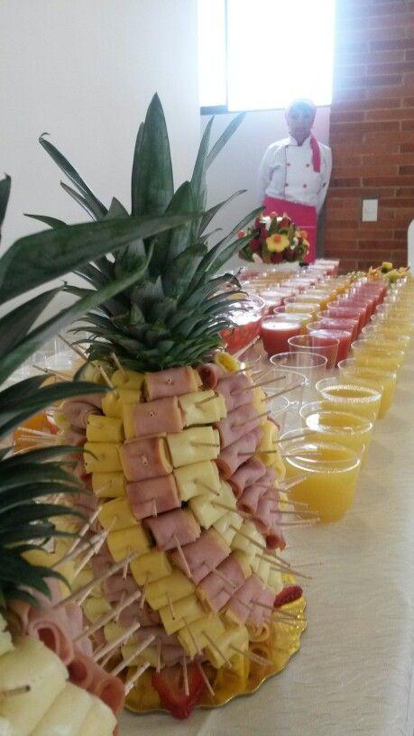 Piña con jamon y quesos, y mesa de cocktail de jugos de Enfrutados de Colombia. Enfrutados@gmail.com