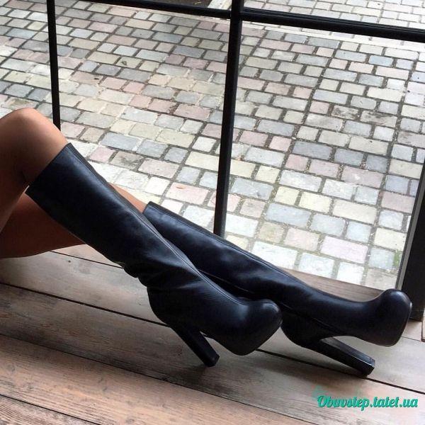 Черные кожаные высокие сапоги на скрытой подошве с обтяжным каблуком