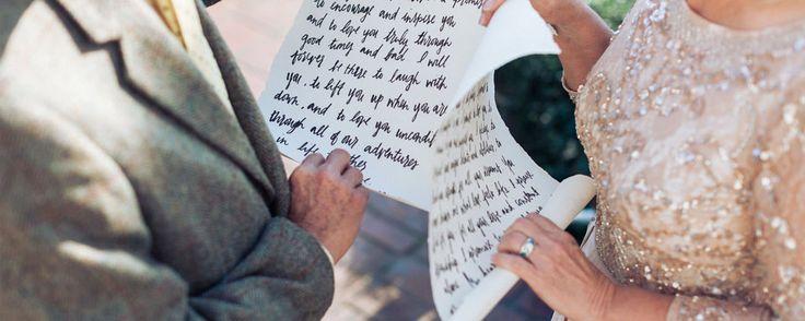 La lectura de los votos matrimoniales es uno de los momentos más emotivos de una boda civil. Hoy os damos unos sencillos consejos para escribirlos.