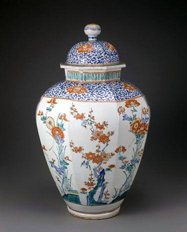 色絵花鳥文八角共蓋壺 - 出光コレクション - 出光美術館 柿右衛門 江戸時代前期 総高61.5cm  沈香壺(じんこうつぼ)形と呼ばれる堂々たる壺である。蓋が失われていない稀有な作例で、世界最大級の柿右衛門壺ともいわれている。多くの製品が欧州への輸出品として作られた柿右衛門だが、本作も英国からの里帰り品と伝えられる。蓋と肩には藍と赤の牡丹唐草文がめぐり、胴は八面に面取りしたうえに、梅・牡丹・竹・菊と花に戯れる小鳥を、明るく澄んだ色調で描きだしている。欧州の王侯貴族を虜にした柿右衛門の面目躍如たる大作である。