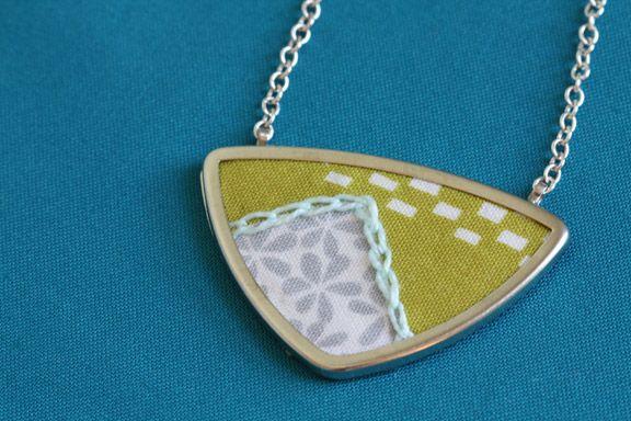 Pretty pendantFabric Pendant, Fabrics Necklace2, Framed Fabric, Fabrics Pendants, Diy Fabrics, Fabric Necklace, Fabric Scraps, Fabrics Necklaces, Fabrics Pin
