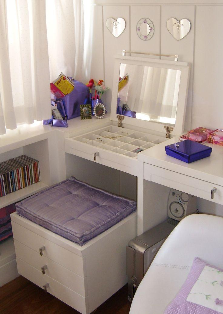 Penteadeira para quarto de menina. A banqueta ainda funciona como gaveteiro para guardar acessórios. A tampa tem um espelho para facilitar na hora de se arrumar! Projeto de decoração de interiores e marcenaria planejada.