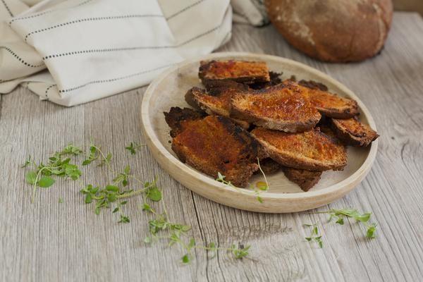 Orientalische Schätze leicht gemacht! Chips selber machen muss nicht immer kompliziert und zeitintensiv sein. Brotchips sindeinfach zuzubereiten, köstliche Snacks und eignen sich besonders, wenn man mal älteres Brot übrig hat. Für den b...