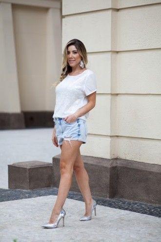Camiseta de paêtes R$ 21,00 (não é pegadinha) Combine com um short jeans que você tenha no armário e um scarpin metalizado (esse é Schutz) ou colorido se preferir!