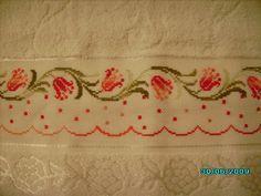 Toalha 100% algodão (Karsten, Dohler ou Buettner), bordada em ponto cruz, com avesso perfeito.