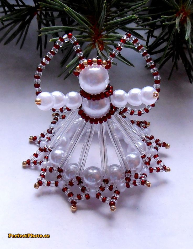 Vánoční andílek ledově červený 3 Andílek je vyrobený ze skleněných korálků, tyčinek a rokailu v bílé, čiré,červené a zlaté barvě. Výška4,5 cm s křídly.Andílek je vhodný na postavení i pověšení či jako drobný dárek pro Vaše přátele. Pokud by jste si přáli vytvořit více kusů neváhejte mě kontaktovat, pokud budu moci ráda vyhovím.
