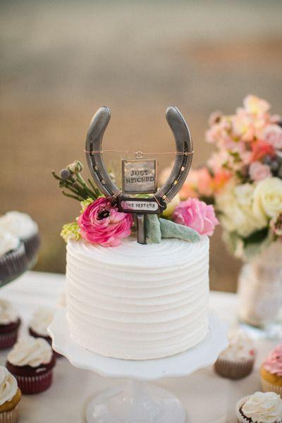 Om inspiratie op te doen, om even weg te zwijmelen of gewoon omdat het zulke mooie foto's zijn; Pumps & Paarden zet 13 prachtige inspiratie foto's van hoefijzers op bruiloften op een rij.