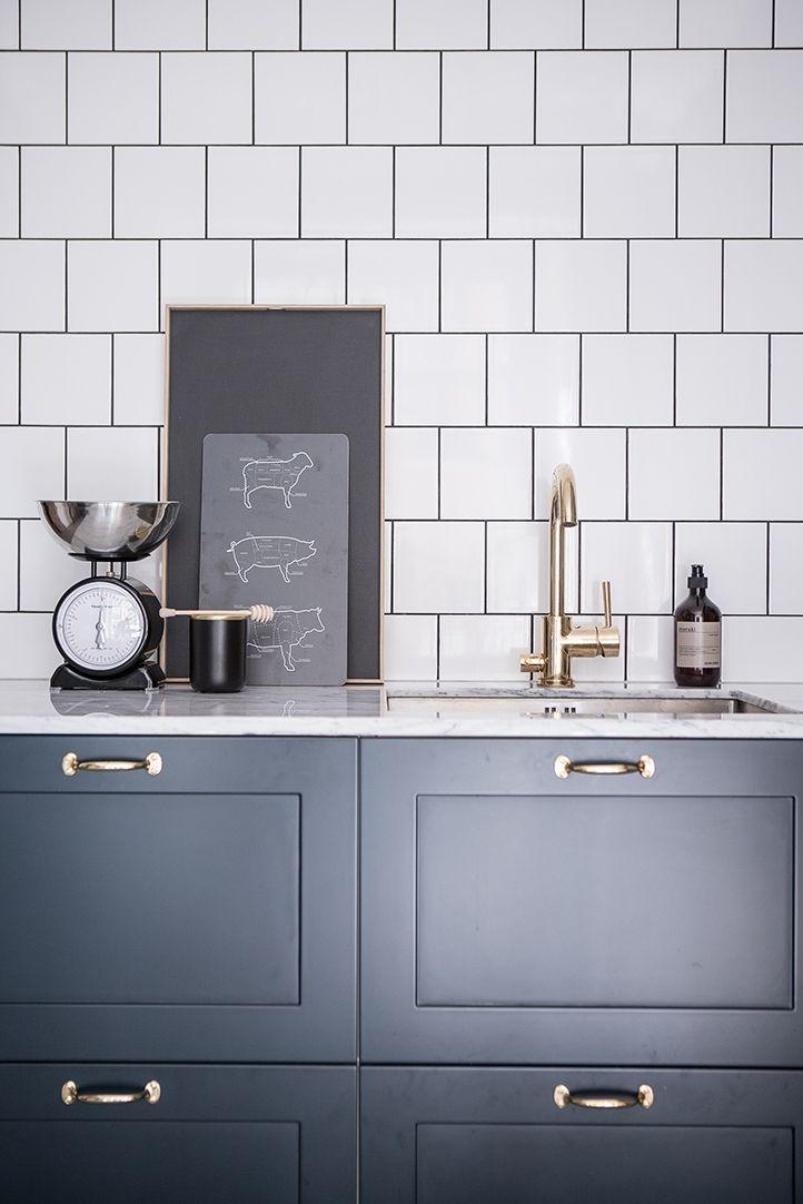 Ursnyggt kök med vår P1 lucka lackad i en mörkblå NCS kulör.