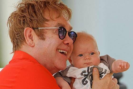 Elton John contrata barriga de aluguel para ser pai novamente