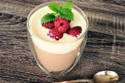 Mus z mlecznej czekolady z sosem waniliowym i malinami to niebo w małej szklaneczce