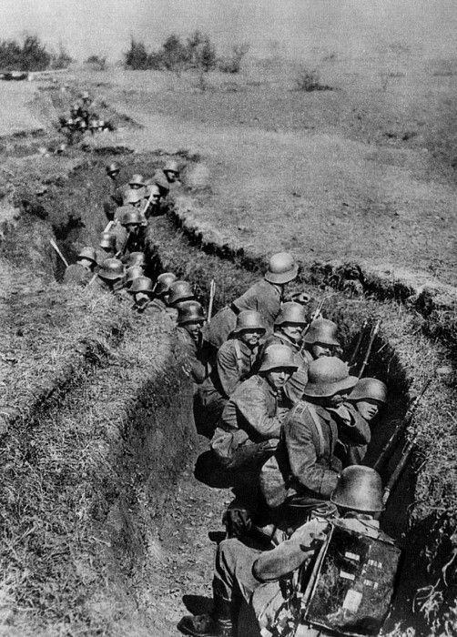 German sturmtruppen in a trench preparing for an assault, 1917.