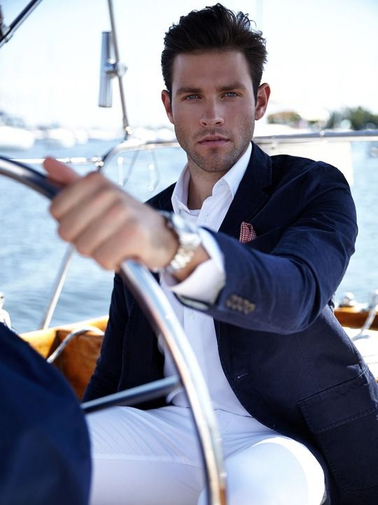 Coiffure homme très versatile : décontractée et business à la fois. (photo d'un homme à la barre d'un yacht). // Very versatile hairstyle for men: both leisure and business and still elegant. (picture of a man steering a yacht).