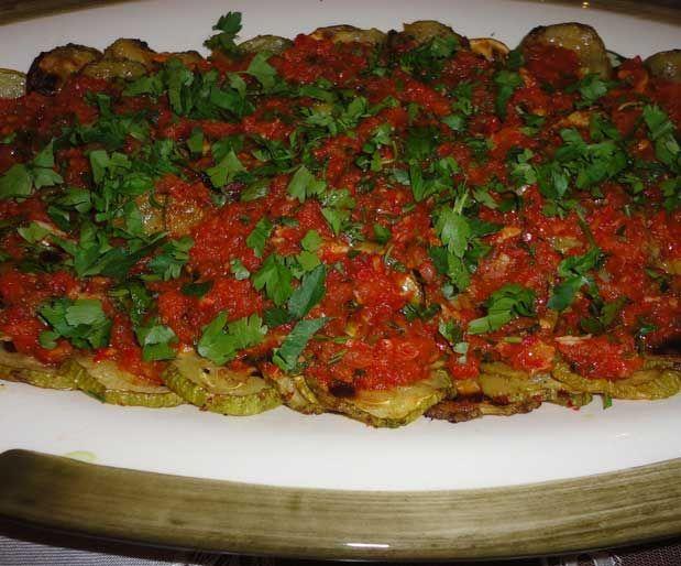 SinkontaMalzemeler: 4 adet orta boy kabak 1 adet soğan 5-6 diş sarımsak 2-3 adet biber 3-4 domates Taze nane Kırmızı pul biber, tuz, kuru nane (ben naneyi çok sevdiğimden biraz abartıyorum) Zeytinyağı Yazının Devamı: Sinkonta   Bitkiblog.com Follow us: @bitkiblog on Twitter   Bitkiblog on Facebook