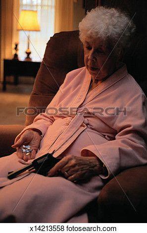 mulher idosa, segurando, um, arma, e, pílulas Ampliar Foto