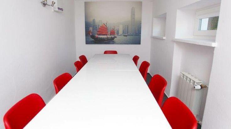 Sala Spotkań w Hub Kolektyw Sala konferencyjna dla 12 osób. #coworking #conference #red