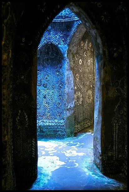 THE MARGATE SHELL GROTTO.  http://themagicfarawayttree.tumblr.com/post/27126410611/the-margate-shell-grotto