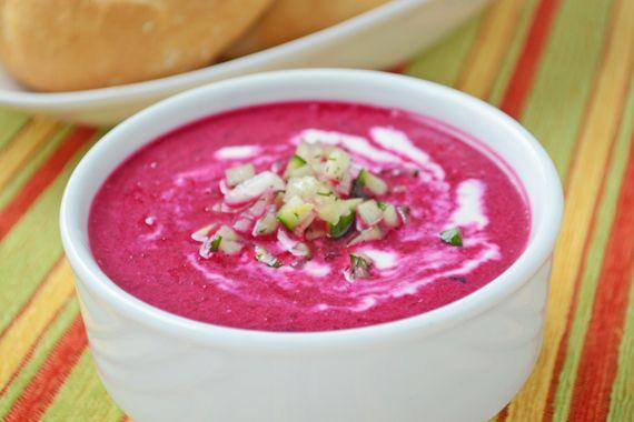 Diese Rote Rüben Suppe wird kalt serviert und erinnert an den bekannten Borschtsch. Ein sehr einfaches Rezepte finden Sie hier.