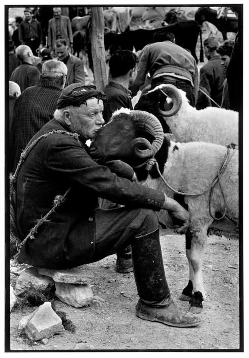 .:. Costa Manos Berger au marché. Crete, 1967.