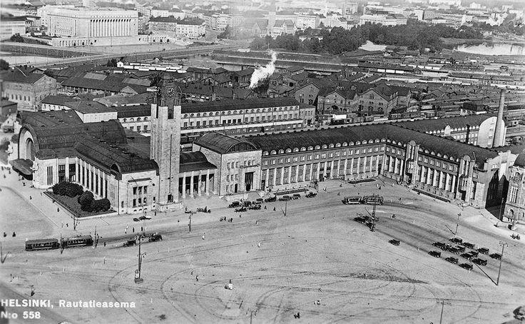 Helsingin rautatieasema 1930-l. Huom. tiilimakasiinit ratapihalla, vanhat raitiovaunut ja torin tyhjyys. Helsinki railwaystation in 1930's.