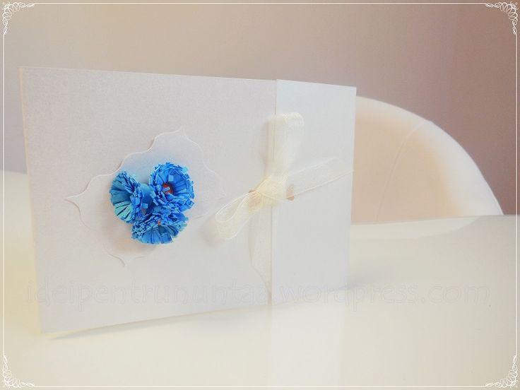 Invitatie de nunta realizata manual  accesorizata cu aplicatii din flori albastre din hartie realizate prin metoda quilling.