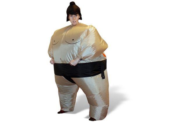 Ein absolutes Muss für Menschen, die innovative Kostüme lieben. Ein Ventil gewährleistet, dass man bis zu sieben Stunden als voluminöser Sumo-Ringer sein Unwesen treiben kann. #Karneval #Kostüm #Sumo #Ringer #Hertie Thumbs Up