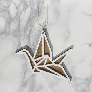 """""""Japanilaisessa kulttuurissa origami-joutsenen uskotaan toteuttavan toiveita kuten pitkän iän tai sairaudesta parantumisen. Se on myös kunnian ja uskollisuuden symboli. Länsimaisessa kulttuurissa joutsen symboloi liittoa - niin ystävien kuin puolisoidenkin välillä.""""   Origami Swan -kaulakoru, Valkoinen/Pähkinä - Astubutiikkiin.fi"""