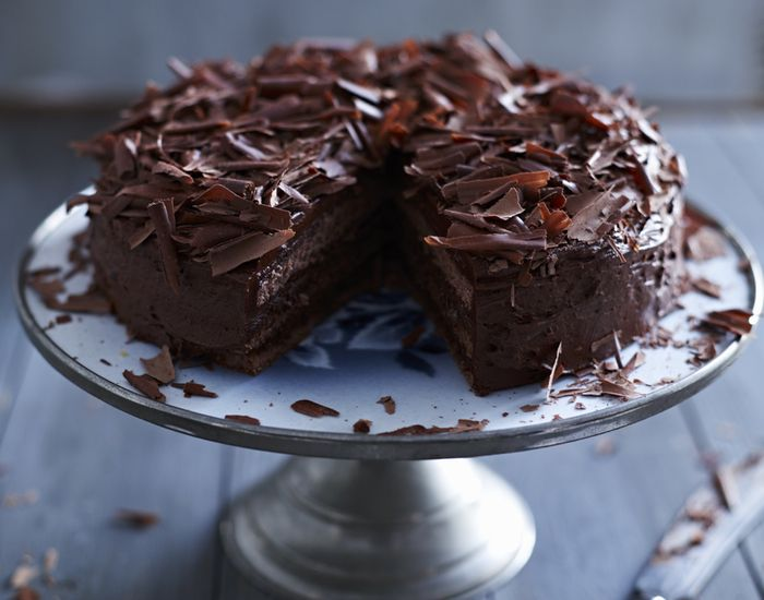 Dette er en drøm av en sjokoladekake, med både smørkrem og mørk sjokoladeganache.