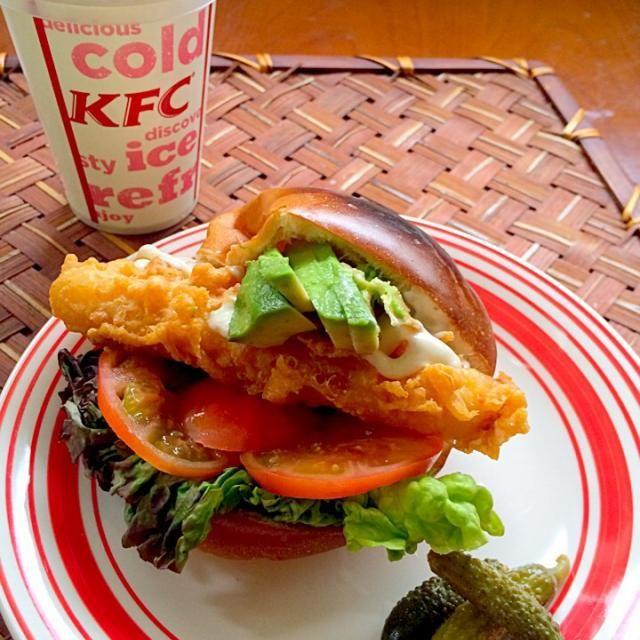 胃が落ち着いたら空腹もいけないよね?と久々に食べたくなり、近くに行った時じゃないとと調子に乗ってお家でお野菜たっぷり入れてFFTLAサンド バンズ焦げちゃったけどふんわり美味しいぃ(*≧▽≦)ノシ))あっ海老カツ食べ損ねちゃったな…またやらないかな - 68件のもぐもぐ - KFC lunchextra vegetables Fried fish Sandwichお野菜追加でKFCのフライドフィッシュサンドウィッチ by Ami