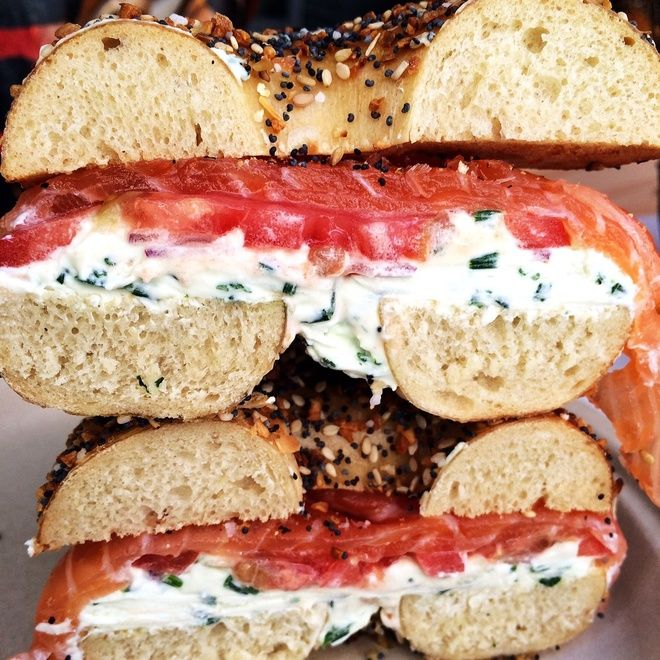 Bagel Lox Salmon Cream Cheese Russ & Daughters Breakfast New York Sadelle's Soho http://www.vogue.fr/voyages/adresses/diaporama/guide-des-meilleures-adresses-new-york-htels-restaurants-boutiques-bars-muses/22382#guide-des-meilleures-adresses-new-york-htels-restaurants-boutiques-bars-muses-11