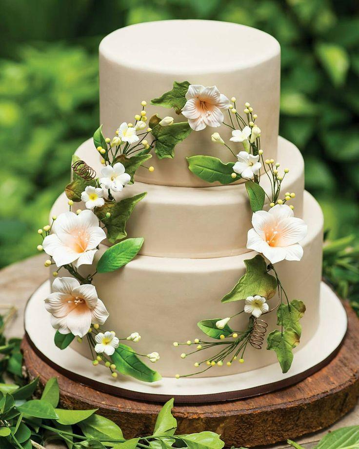 Rangkaian bunga pada kue pengantin akan memberikan sentuhan feminin. Jenis bunga favorit Anda mungkin bisa menjadi pilihan yang cantik.  Cake. @guiltdesserts  Photographer. @mokowong @riomotret Property. Catalina Flora  Text. @widiyantiwidjaja  #kuepengantin #weddingcake #threetierweddingcake #thewedding #pernikahan #pengantin #weddingcakes #weddingfavors #kueenak #resepsi #love http://gelinshop.com/ipost/1519341094411556506/?code=BUVyKzxDdaa