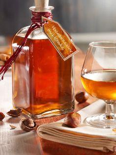 Haselnüsse, Vanille, Zimt und Nelken verleihen Cognac einen angenehm vollmundigen Geschmack. #Likör #Haselnuss #Vanille #Zimt #Cognac #Drink #Rezept