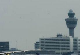 30-May-2013 12:48 - GEWONDEN BIJ EXPLOSIE OP SCHIPHOL. Op de luchthaven Schiphol zijn twee mensen gewond geraakt door een kleine explosie op platform A. Een persoon is naar het VU-ziekenhuis in Amsterdam gebracht. . De ontploffing werd veroorzaakt door een luchtbel die in een verstopte riolering was ontstaan. Brandweer en ambulances waren direct ter plekke. . (later meer).