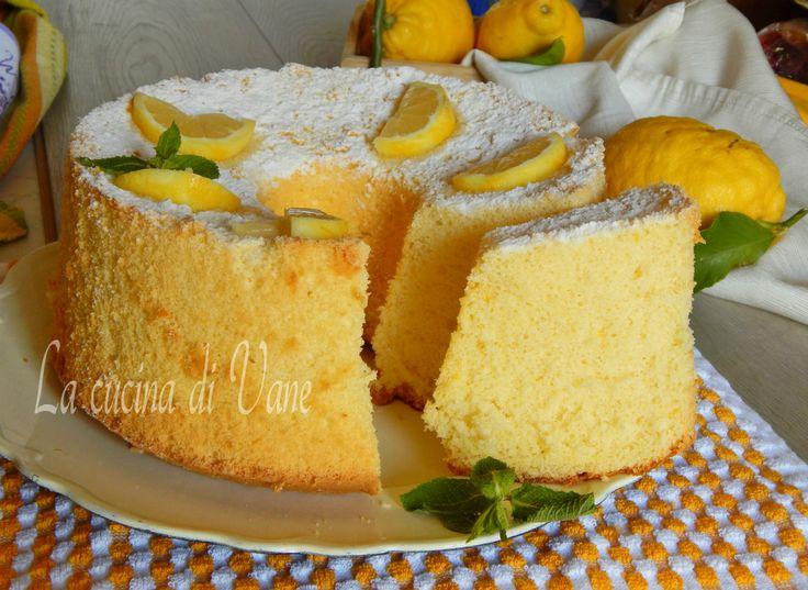 Chiffon cake al limone con succo e buccia,una torta soffice leggera profumata senza burro ideale per la colazione o la merenda,rimane soffice per più giorni