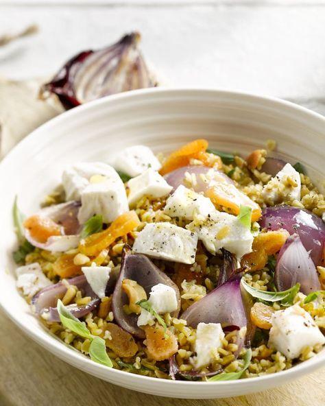 Een originele vegetarische salade met het hippe graan freekeh, zoete abrikozen en zachte geitenkaas. Een originele en hedendaagse maaltijdsalade!