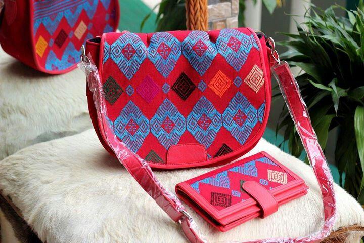 1 set tas + dompet tenun mix kulit, minat hub. Ke Facebook: shop lombok, Instagram: tenun_dan_mutiara_sasak, watsap:  087865461834, pin BB: 7DAC95EC