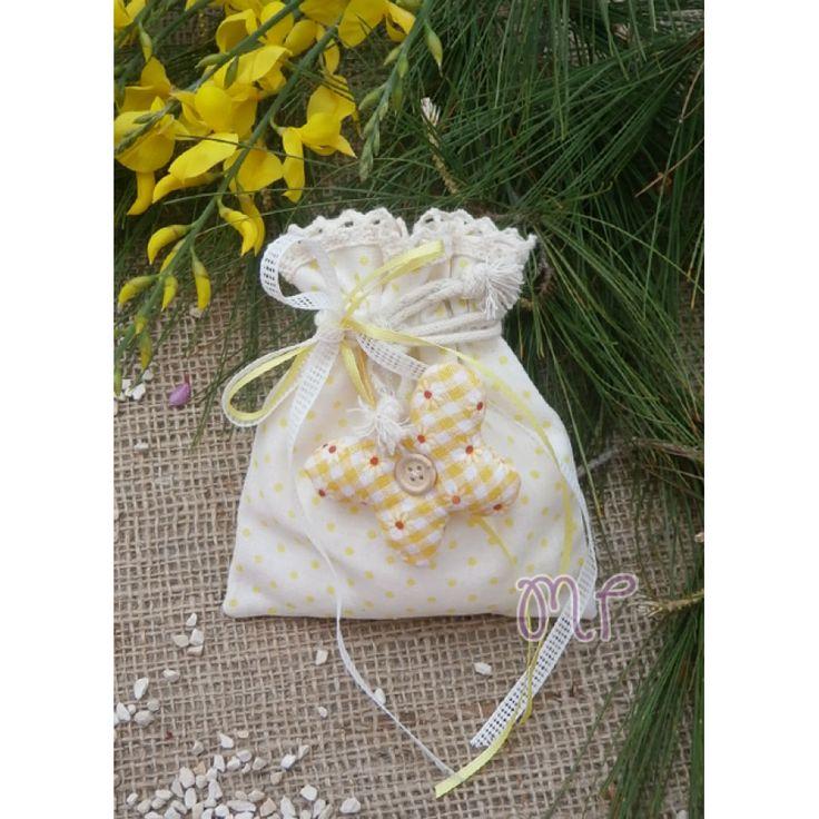 Μπομπονιέρες βάπτισης. Μπομπονιέρες βάπτισης κορίτσι πουγκί υφασμάτινο πουά κίτρινο με πάνινη πεταλούδα