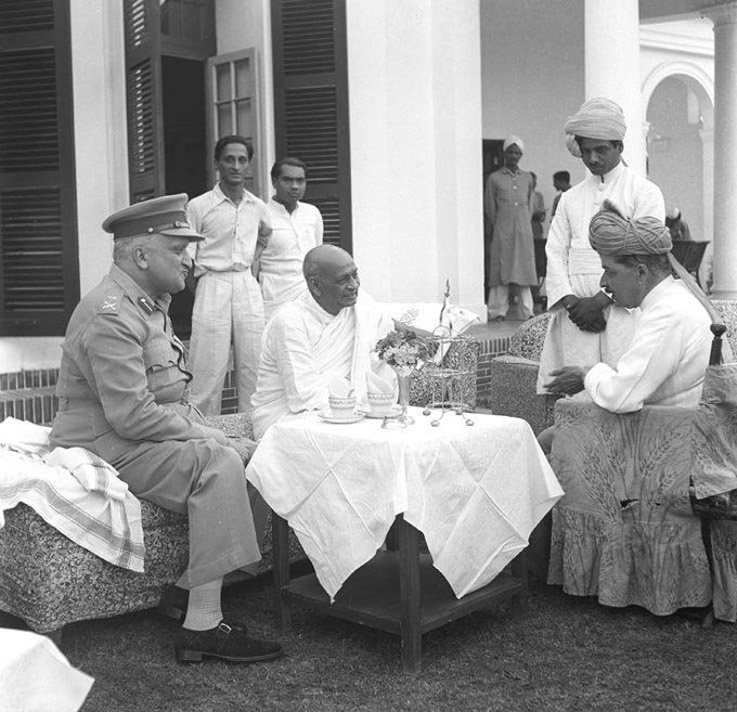 1948 :: Indian Freedom Fighter Sardar Vallabhbhai Patel Meeting Hari Singh (Maharaja of Jammu Kashmir) and Rulers of Other Princely States [680X657]