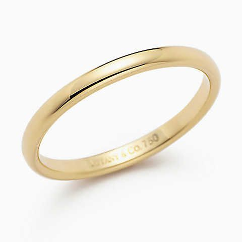Lucida® wedding band ring in 18k gold, 2mm wide.