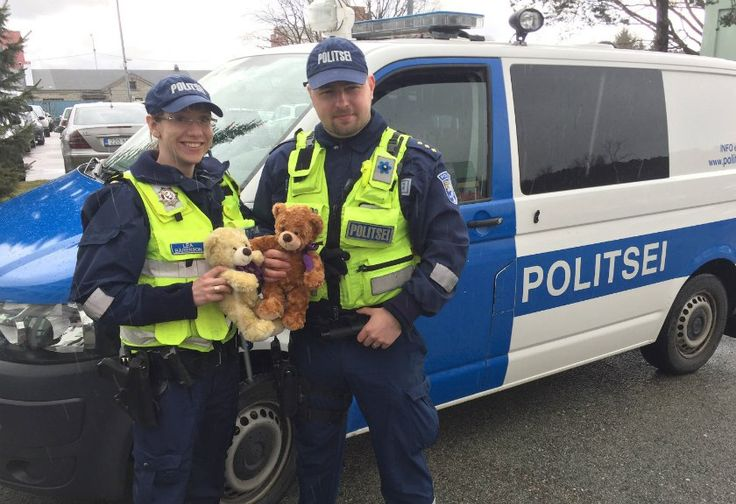 Unik, Polisi Estonia Selalu Bawa Boneka Beruang saat Patroli