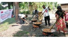 Warga Aceh Masak Daging Sapi untuk Pengungsi Rohingya