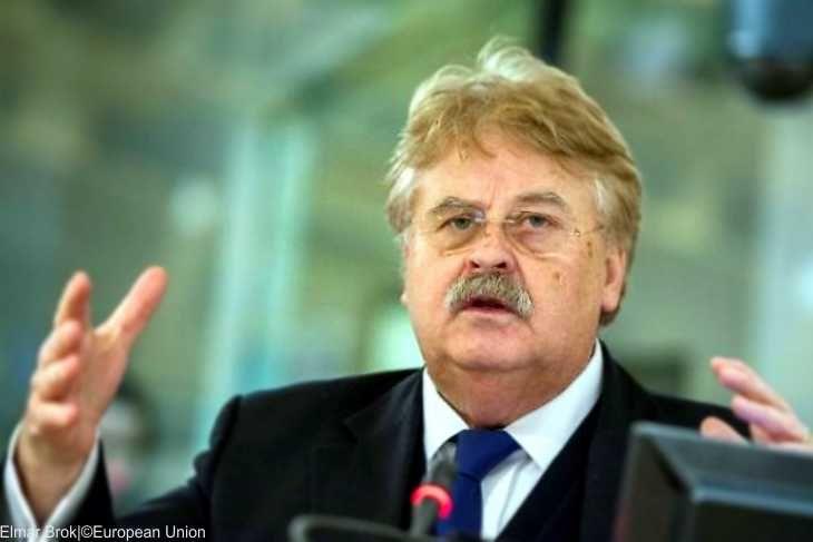 """CDU-Europaabgeordneter Brok befürwortet Visafreiheit für Türken  Erdogans Problemlöser  Der Vorsitzende des Auswärtigen Ausschusses im Europaparlament, Elmar Brok, hat eine möglicherweise bevorstehende Erteilung der Visafreiheit für türkische Bürger in der EU grundsätzlich befürwortet. """"Durch die Verpflichtung, dass türkische Bürger künftig einen biometrischen Pass vorzeigen müssen, haben wir ein erhöhtes Maß an Sicherheit"""", sagte der CDU-Politiker dem """"Tagesspiegel"""" zur Begründung. Der…"""