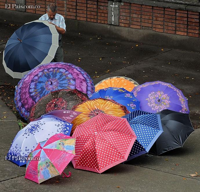 Las ventas de paraguas estuvieron a la orden del día por los fuertes aguaceros que golpearon la capital vallecaucana esta semana. Créditos: Elpaís.com.co | Departamento de Fotografía