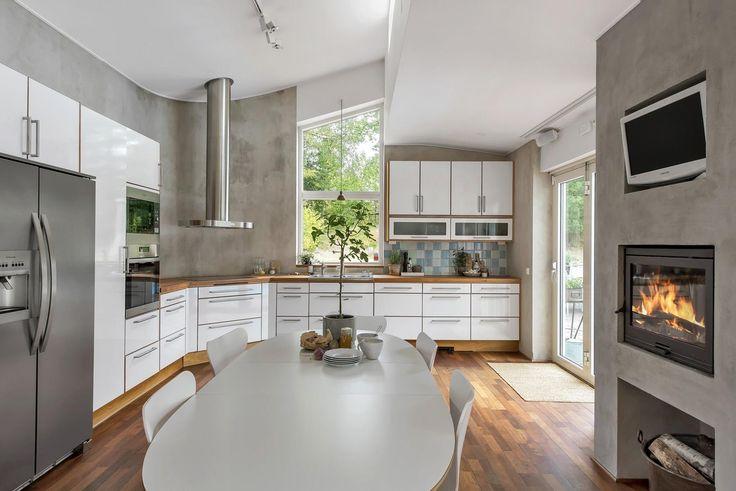 Stilrent vitt kök från Ballingslöv, vilket har generöst med förvaring samt bänkskivor i ek, kakel från Fired Earth i aqua-ton och bra vitvaror såsom side-by-sideskåp med kyl och frys.